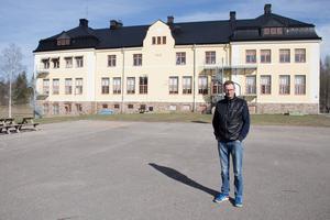 Mikael Pettersson är fritidspedagog på Värnaskolan. Den nya fritidsavdelningen ska flytta in i byggnaden bakom honom.