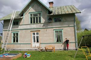 Sveriges fulaste fasad, enligt tidningen Vi i villas ägare. I sommar ska den målas med de 50 litrarna färg som Alexander Ericson fick efter att ha vunnit tävlingen.