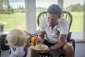 Tvåårige sonen Julian serverar vaniljsås. Han ville inte sluta förrän tallriken var full.