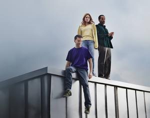 Liv Mjönes, Peter Gardiner och Shanti Roney spelar huvudrollerna i kärleksdramat