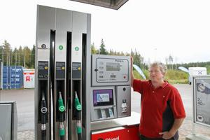 Eva Persson visar den pump på OKQ8-macken i Ockelbo som polisen åkte ifrån utan att betala i fredags förra veckan.