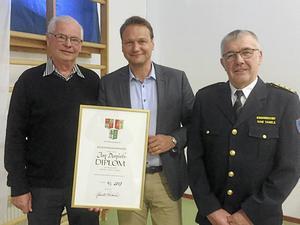 Jan Daniels, t v, avtackades av kommunchef Ulf Israelsson samt brodern Rune Daniels.