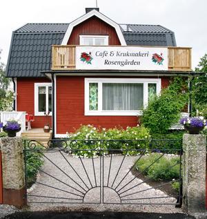 Birgitta Fagerlund och Björn Nordén är ett riktigt konstnärspar som driver både krukmakeri, kafé och rosenträdgård.