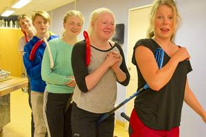 Skidgymnasiets kvällsaktivitet bestod av olika övningar för att lära känna varandra. Hanna Carlström, Agnes Fredholm, Nora Nordlund, Oscar Bröte och Jon Zackrisson.