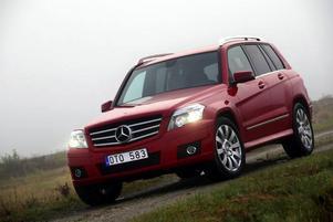 En låda röd Mercedes! Med nya GLK följer Mercedes den amerikanska trenden mot mera fyrkantiga bilar.   Foto: Rolf Gildenlöw