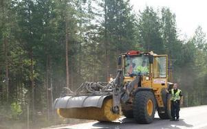Riksvägen stängdes av långa stunder under brägningsarbetet, och en sopbil rekvirerades sedan mängder av grus och sten kastats ut på vägbanan.FOTO: KERSTIN ERIKSSON