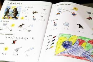 Man jobbar mycket med matte och svenska. Så här kan det se ut i läroböckerna för de som just har börjat lära sig svenska.