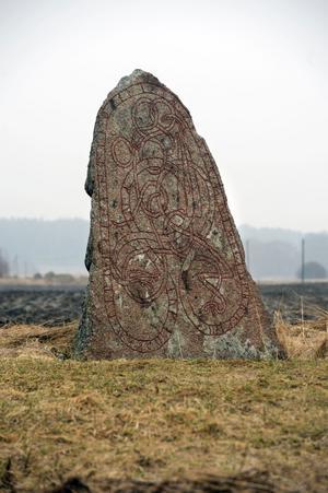Kanske talade man med tjockt l redan på vikingatiden? På runstenar finns i alla fall två olika runor för bokstaven l.