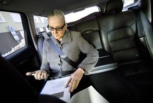 Effektiv. Landshövding Rose-Marie Frebran passar på att jobba under bilfärderna.