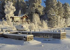 Brygga och båt i vinterskrud. Längtan till sommar och värme.Ope och Storsjön januari 2010, minus 26 grader och sol. Foto: Anita Brattgrå