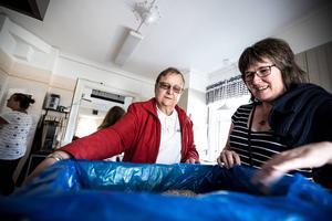 Christina Brodin Johansson och Camilla Wigg, soldat i Frälsningsarmén, ägnade tisdagseftermiddagen till att fixa matsäcken till onsdagens utflykt.