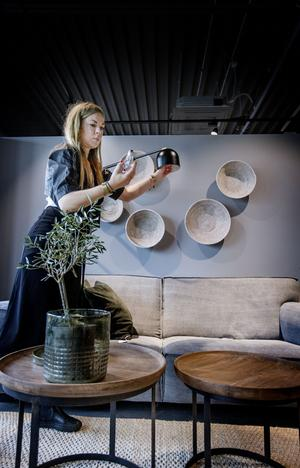 Maria Karlberg arbetar mycket med belysningen för att få till en bra stämning. Hellre många punktbelysningar än en taklampa.