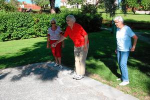 TisdagsBoule i Nora. Ingrid Jansson hivar iväg sitt ena bouleklot medan Mary Persson och Ulla Jansson tittar på. Alla tre tillhör de SPF Club Skoga.