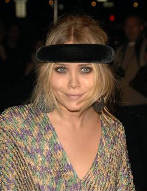 Pälsklätt hårband i oversize-stuk, kombinerat med det gamla formlösa lapptäcket från vinds-förrådet? Varningsklockan borde ha ringt rejält, Mary-Kate Olsen.