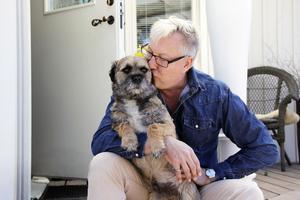 Lars-Åke Wilhelmsson med hunden Bristol som kort och gott kallas Brisse.