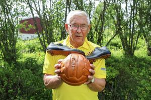 Börje Svedjesten var lagkapten under hela sin fotbollskarriär och det är inte en uppgift han fortfarande tar på stort allvar. Nästan ett halvt sekel efter att fotbollsskorna lades på hyllan ser han fortfarande till att laget håller ihop.
