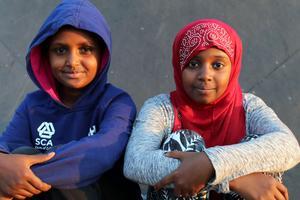Mielat Tekle och Nada Samatar brukar vara vid idrottsplatsen och spela fotboll.