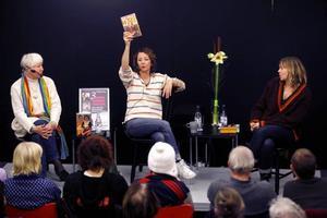 STENBERG, LODALEN, KADEFORS. Flera författare på podiet i stället för en och en är Sandvikens folkbiblioteks nya koncept. Drygt hundra kom för att lyssna.