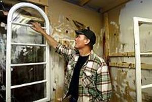 Foto: LEIF JÄDERBERG Fönsterkärlek. Det allra viktigaste på ett hus är fönstren. Det är Stefan Källbergs övertygelse.