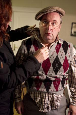 H: Vad hôsig han är. Lennart kommer med slarvig klädsel