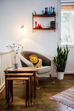 Den gamla fåtöljen har Yvonne fått av sin mormor och morfar. Den tillhörande soffan förvaras än så länge i ett förråd.