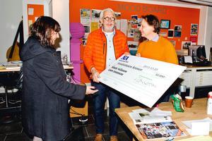 Mats Nilsson och Lars Jonnson tar emot prischecken för NA:s kulturpris 2013, som överlämnas av NA:s chefredaktör Katrin Säfström.