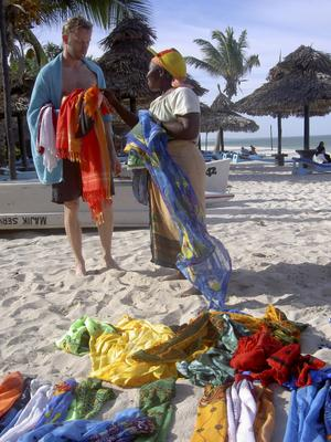 Passa på att fynda vackra tyger och saris på stranden.