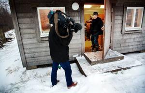 I går kom äntligen snön. Och det var på tiden. Det franska tv-teamet ska göra fem inslag som ska sändas från den 21 december för sju miljoner tv-tittare. Temat är bland annat julförberedelser i Jämtland. Här, Jan Melkersson på väg in i sitt skomakeri. Foto: Håkan Luthman