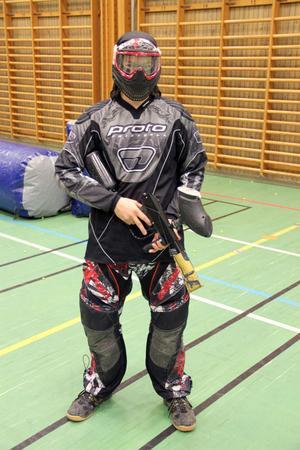 Simon Johansson är redo för strid. Han tillhör de mer avancerade spelarna och har skydd därefter.