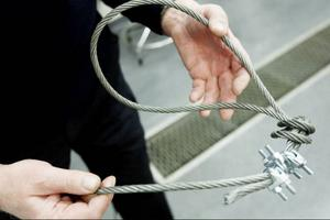 En drygt tio meter lång, specialgjord vajer med öglor i båda ändarna hittades också i bilen.