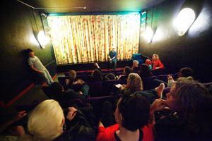 """Jens Ganman och Erik Edlund presenterar filmen innan det var dags för premiärvisning. """"Vi hoppas att filmen blir en startpunkt för en mer nyanserad diskussion kring kulturens roll i den här staden"""", säger Jens Ganman."""