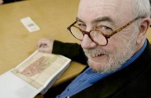 GLAD KULTURPRISVINNARE. Ulf Ivar Nilsson, Arbetarbladets mångåriga medarbetare, prisas för sina historiska artiklar och böcker som speglar Gästriklands kulturarv samt sina satirteckningar.