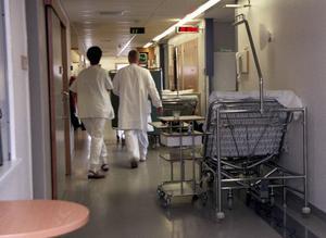 Landstinget har anställt två nyanlända läkare som undersköterskor. Det är fel tycker facket Kommunal.