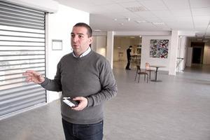 Roger Haddad (L) har under många år haft Bäckby under sin lupp. Nu kan hans förslag om att kommuner tvingas satsa på brottsförebyggande verksamhet bli allvar.