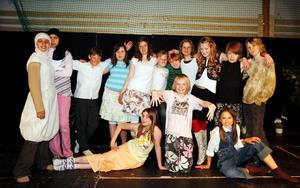 De spelar Mamma Mia i klass 5 B på Kvarnbackskolan i Krokom. Från vänster: Zeinab Hassan, Iman Alawi, Pontus Falmar-Lund (Sam), Sofie Nilsson (Lisa), Julia Eklund (Moa), Jonas Wallin (Harry), Johan Zander (präst), Emma Berten (Tanja), Sanna Magnusson (Karin), Alexander Linnarsson (Peppa) Rasmus Hägersten-Parch (Terje)Undre raden: Ida Hestner (Sofie), Hugo Stjernberg (Tom), Johanna Olsson (Donna).