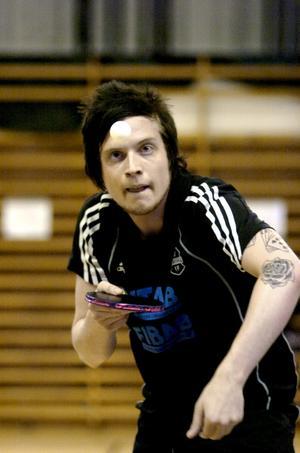 Vid helgens seriesammandragning i Pålsboda hade Danny Friberg koll på både sin egen serv och värsta konkurrenten Skagersvik i matchen om kvalplatsen till bordtennistvåan.