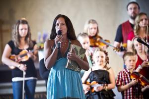 Malin Berghagen var kvällens konferencier och knöt i mellanpratet an till det musikaliska arvet i hennes egen släkt på mamma Barbros sida.