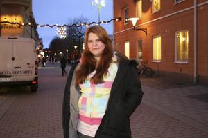 salabesökare. Fiona Cederblad är från Västerås men går på natur-bruksgymnasiet i Ösby. I dag är hon och andra från skolan på besök i Sala.foto: nina zarjesdotter