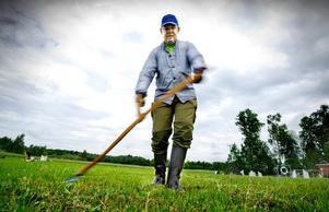 Rakryggad. Erik Sjöstedt visar arbetsställningen för liearbete.