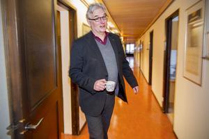 Tre år till. Landstingsdirektör Anders L Johansson har förlängt kontrakt till december 2017. Han bedömer att politikerna tvingas höja skatten.