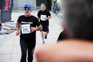 Stenstansloppet 2016. Jerker Ullerstam störtar mot mål. Då som springande ST-reporter – nu har han bytt till kulturens värld. Men karriären som löpare fortsätter. I år väntar Höga Kusten Trail och det är marathonklassen som gäller.
