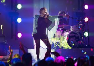 Linnea Henriksson är en av många sångare som medverkar på Aviciis album. Hon gillar att Avicii lyfter fram andra skandinaviska artister.