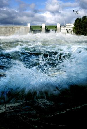 Vid det här dammtestet för tre år sen överskred Jämtkraft tillåten vattenmängd, hävdar Älvräddarna.