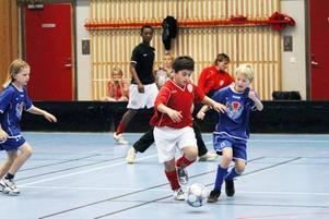 KOMBINATINSMATCH. Fotbollskillarna i rött har ett övertag i första halvlek då de mötre innebandygängeti fotboll. Men efter pausen är det ombytta roller. Andra halvlek spelar man nämligen innebandy.