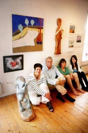Torun Eliasson, Hans Serrander, Inga Hjolman och Sofie Munktell är några av utställarna sommaren 2011 i Esters Café i Vattrång