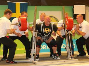Jörgen Ljungberg fick ihop hela 880.5 kilo i de tre delgrenarna. Det är nytt svenskt rekord sammanlagt i 120-kilosklassen. Här ser vi honom lyfta 330 kilo i knäböj.