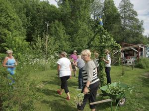 Gemensamt gjorde vi föreningens första midsommarstång. Foto: A Edlund