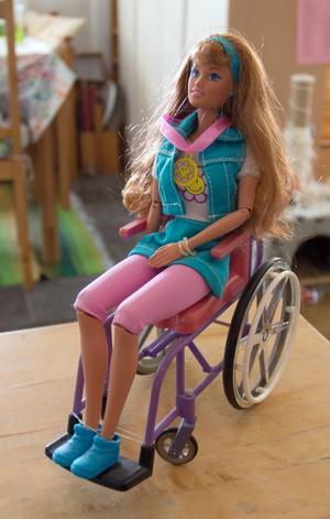 En rullstolsburen Barbie, från 1980-talet.Kläderna