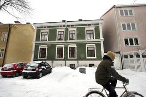 Norrgatan 13. Det gröna huset i samma kvarter har också stått emot grävskopornas framfart.