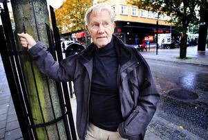 Branschen från insidan. Åke Lindquist har skrivit en bok om sina år som taxichaufför i Stockholm och Västerås. Nu skriver han på en ny bok – en roman.